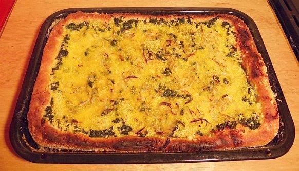 veganer Käse auf Spinatpizza - Wilmersburger
